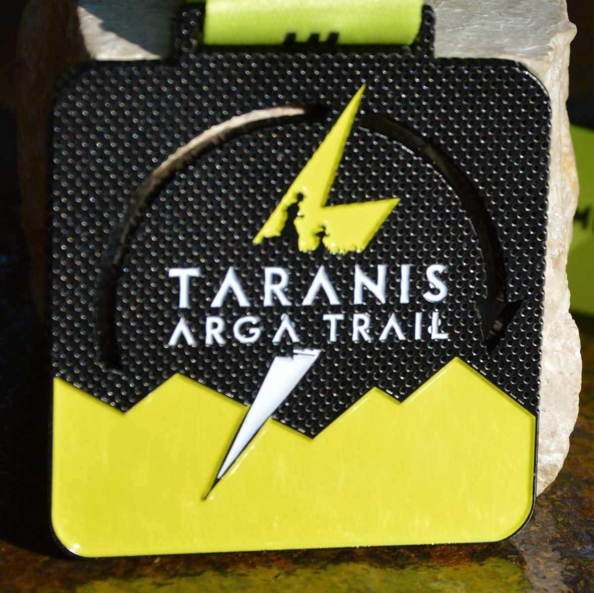 Médaille carrée noir et jaune réalisée pour le Taranis Arga Trail