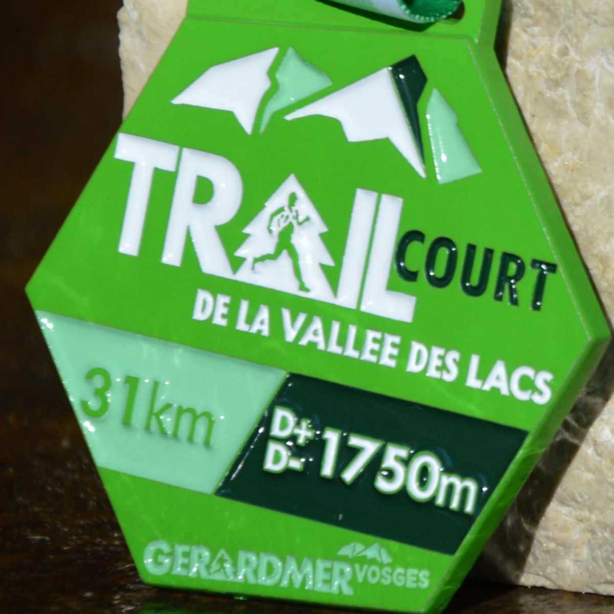 Médaille verte hexagonale fabriquée pour le trail court de la vallée des lacs de Gerardmer Vosges