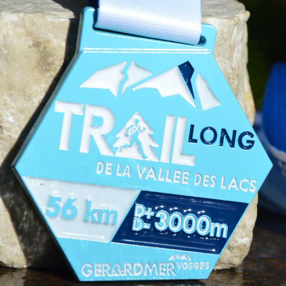 Médaille couleur bleu hexagonale confectionnée pour le trail lond de la vallée des lacsde Gerardmer