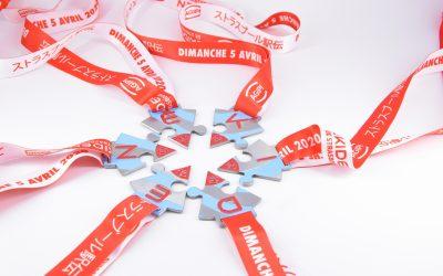 Accroche du ruban sur la médaille personnalisée
